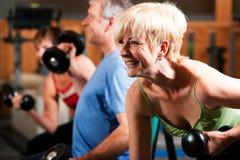 Trois personnes aînées en gymnastique Images libres de droits