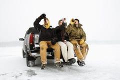 Trois personnes ayant une bière Photo stock