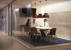 Trois personnes dans le compartiment de réunion à une grande entreprise constituée en société Photographie stock