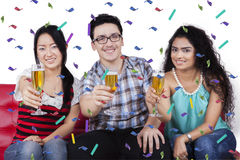 Trois personnes multiraciales tenant le champagne Images libres de droits