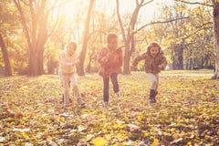 Trois petites filles actives en parc Photos stock