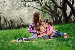 Trois petites soeurs ayant beaucoup d'amusement jouant ensemble extérieur dans le parc d'été des vacances Photos stock