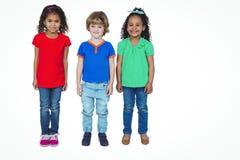 Trois petits enfants se tenant dans une ligne Photos stock