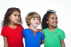 Trois petits enfants se tenant dans une ligne Photo libre de droits