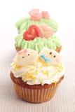 Trois petits gâteaux décorés des décorations de glaçage et de massepain. images libres de droits