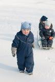 Trois petits garçons marchent en stationnement de l'hiver Images libres de droits