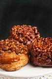 Trois petits pains collants avec des noix de pécan Photo libre de droits
