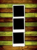 Trois photos en blanc sur Backgroun en bois coloré Images stock