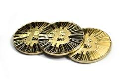 Trois pièces de monnaie brillantes de bitcoin sur le fond blanc Photo libre de droits