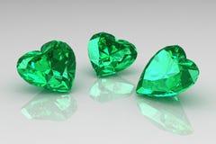 Trois pierres gemmes d'émeraude de vert de forme de coeur Image libre de droits
