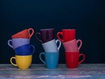 Trois piles de tasse de café de différentes couleurs Photographie stock libre de droits