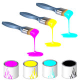 Trois pinceaux de couleur avec des bidons de peinture Photographie stock libre de droits