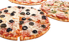 Trois pizzas coupées en tranches différentes Images stock