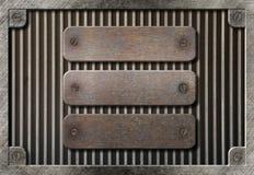 Trois plaques rouillées au-dessus de fond de réseau en métal Photo stock