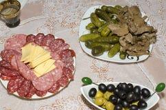Trois plats avec de divers produits sur un tissu blanc Photo stock