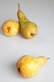 Trois poires sur le fond blanc image stock