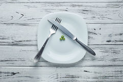 Trois pois délicieux d'un grand plat blanc Photographie stock