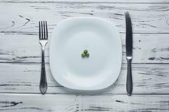 Trois pois délicieux d'un grand plat blanc Images libres de droits