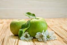 Trois pommes avec des fleurs Photos libres de droits