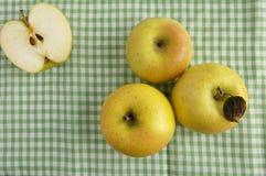 Trois pommes et demi Images stock