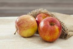 Trois pommes rouges dans le sac Image stock