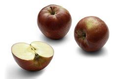 Trois pommes rouges sur un fond blanc image stock