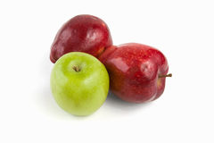 Trois pommes sur le blanc Images stock
