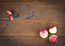 Trois pommes sur le vieux plancher en bois et l'espace vide pour le texte C Images stock