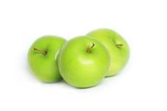 Trois pommes vertes fraîches Image stock