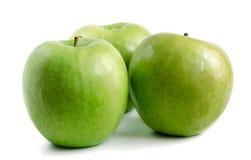 Trois pommes vertes sur un fond blanc image stock