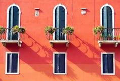 Trois portes avec la terrasse et trois fenêtres image stock