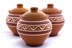 Trois pots d'argile sur un fond blanc Photo stock