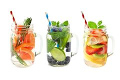 Trois pots de l'eau de detox de fruit d'isolement sur le blanc Photo libre de droits