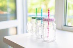 Trois pots de mise en boîte avec les couvercles colorés de guingan, foyer sélectif Photographie stock