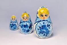 Trois poupées en bois russes traditionnelles Image stock