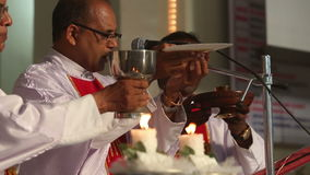 Trois prêtres ont tenu une cérémonie de mariage dans l'église catholique dans l'Inde banque de vidéos