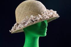 Trois quarts tête de mannequin avec le chapeau de paille images libres de droits