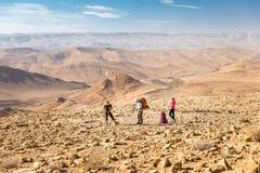 Trois randonneurs tenant la traînée de montagnes, désert du Néguev, Israël Image stock