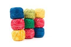 Trois rangées des fils de couture colorés sur un fond blanc Papier peint ou couverture coloré Photo stock