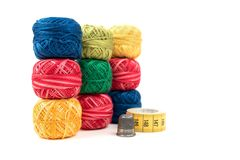 Trois rangées des fils de couture colorés sur un fond blanc Papier peint ou couverture coloré Images stock