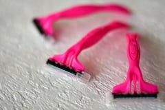 Trois rasoirs de rasage roses jetables photos libres de droits
