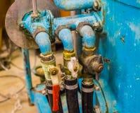 Trois robinets d'eau se sont reliés aux tuyaux et au réservoir photographie stock