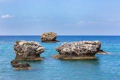 Trois roches distinctes en mer en mer Images stock