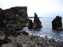 Trois roches pointues le long de la côte, Reykjanes, Islande Images stock