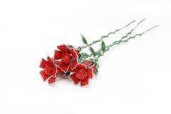 Trois roses perlées rouges à une diagonale Photographie stock