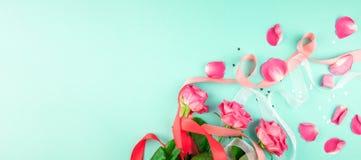 Trois roses sur un fond vert photos libres de droits