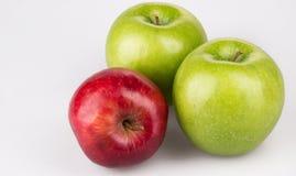 Trois rouges et pommes vertes Images libres de droits