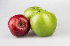 Trois rouges et pommes vertes Photo libre de droits