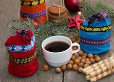 Trois sacs de cadeau, branches de sapin, cafés et bonbons Image stock