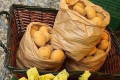 Trois sacs des pommes de terre organiques à vendre sur le marché Images libres de droits